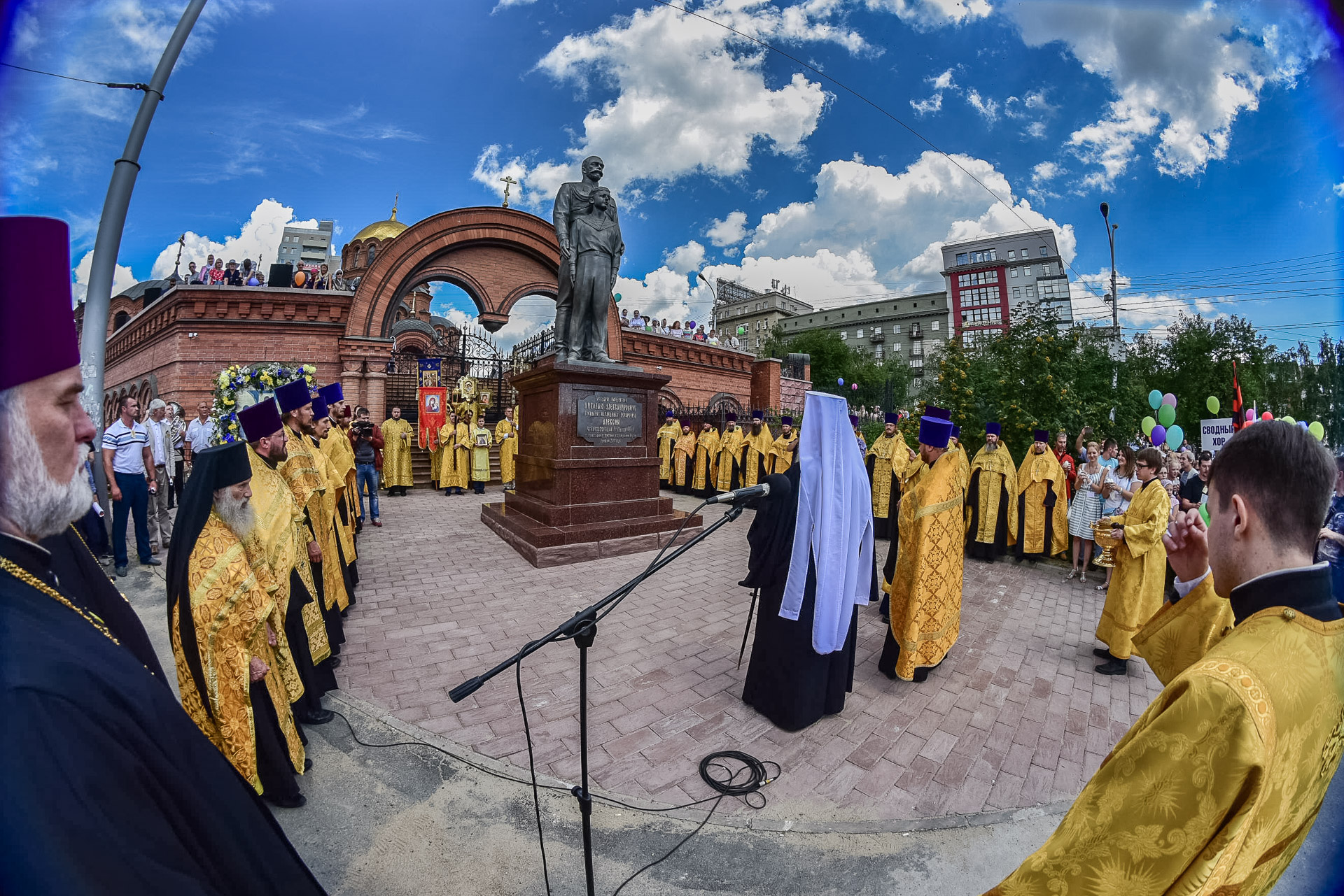 В Новосибирске освящен памятник святым страстотерпцам Царю Николаю II и цесаревичу Алексию (16.07.17)