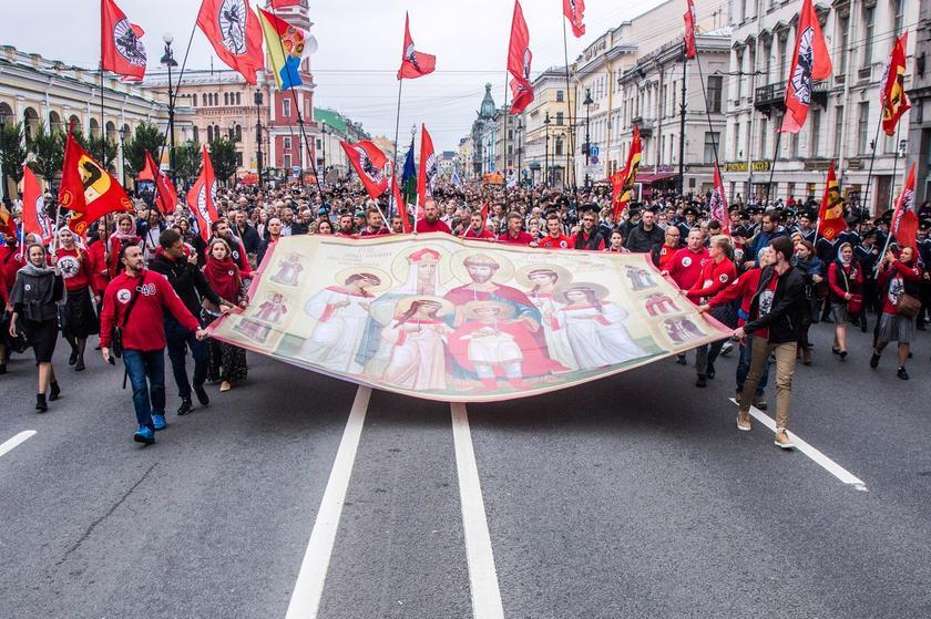 12 сентября в Санкт-Петербурге Крестном ходе в честь перенесения мощей Александра Невского приняло участие более 100 000 человек