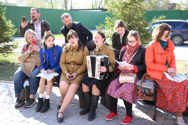Новосибирской Координационный Совет: В Военном городке № 17 Новосибирска состоялась песенная акция «Поям песни военных лет» (09.05.21)